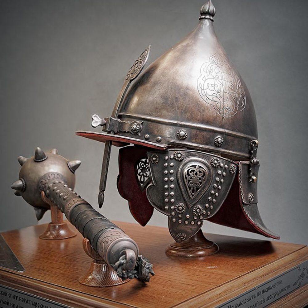 Настольный сувенир «Булава и шлем». Ручная работа. Металл, дерево, кожа. Постобработка и декорирование.